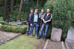 De mannen die het graf van Jan Jans hebben opgeknapt. vlnr  Ben Kuiphuis, Rob Wiggers, Maurits Pen en Alfons Oosthof.